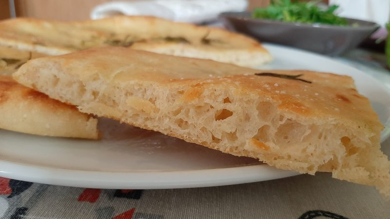 Pizza soffice e croccante con poco lievito